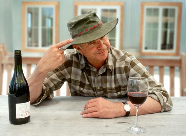 Sam Neill_sam-hat- Сэм Нил со своим вином на винодельне в Новой Зеландии | Блог о вине