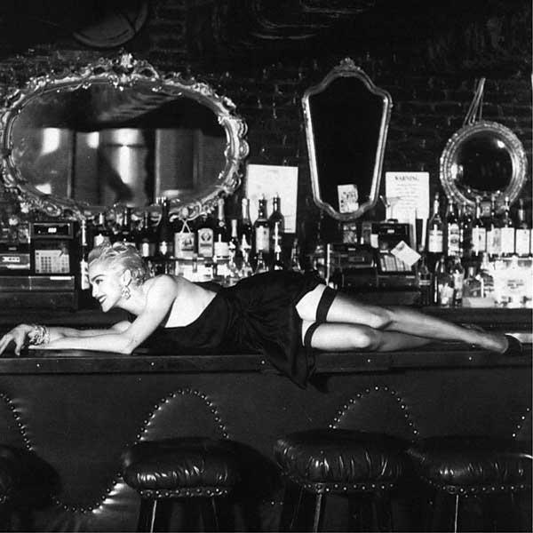 Женщина и вино Фотография Хельмут Ньютон