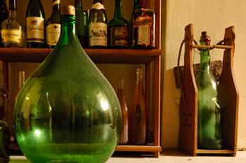 вино в подарок, идея 2: винтажная винная полка