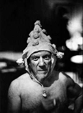 Пабло Пикассо в колпаке, 1955, фото - Андре Вилье