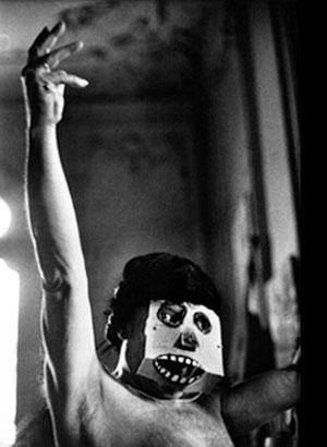 Пабло Пикассо в маске и парике, 1957. Фотограф Дэвид Дуглас Дункан
