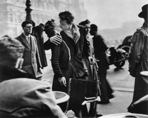 Robert Doisneau. Le baiser de l'hôtel de Ville. 1950