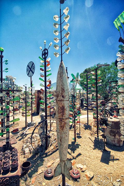 Инсталляции из бутылок на ранчо Элмера Лонга