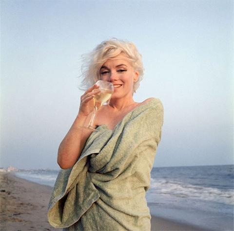 Мэрилин Монро, последние фото на пляже, с шампанским, Санта-Моника, 1962, фотограф Джордж Баррис